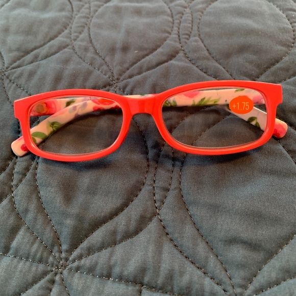 WOMEN'S FASHIONABLE READING GLASSES. NWT. 1.75